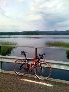 Cykel på bro över vatten